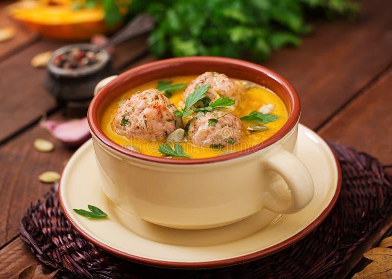 Crème délicieuse de soupe à potiron avec des boulettes de viande images stock