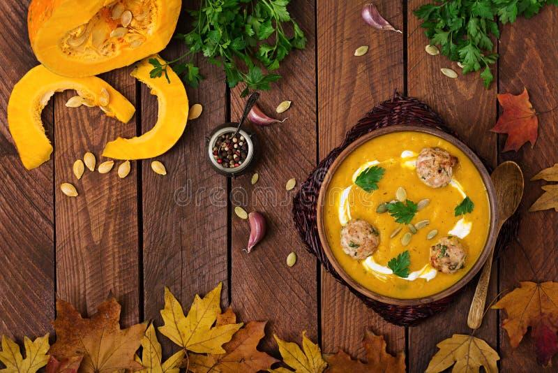 Crème délicieuse de soupe à potiron avec des boulettes de viande faites de viande hachée de dinde photo libre de droits