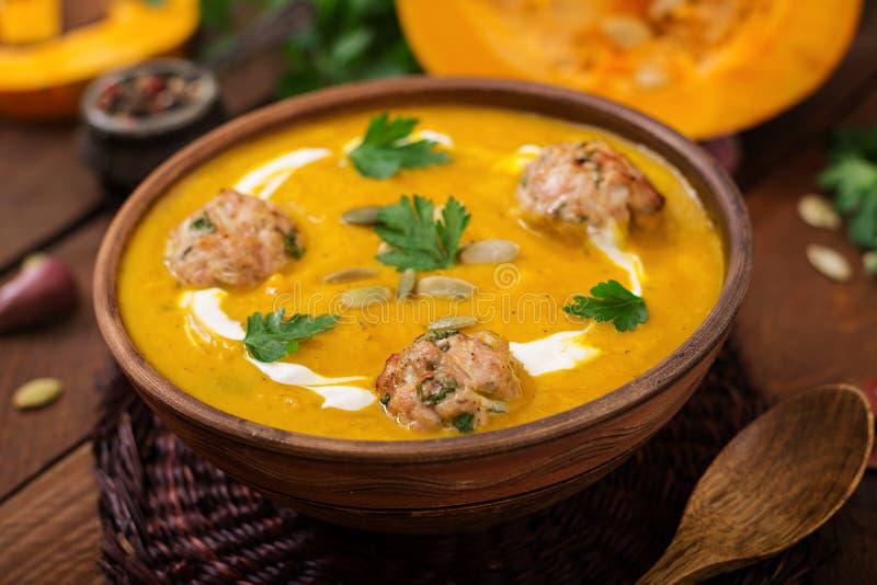 Crème délicieuse de soupe à potiron avec des boulettes de viande faites de viande hachée de dinde photographie stock