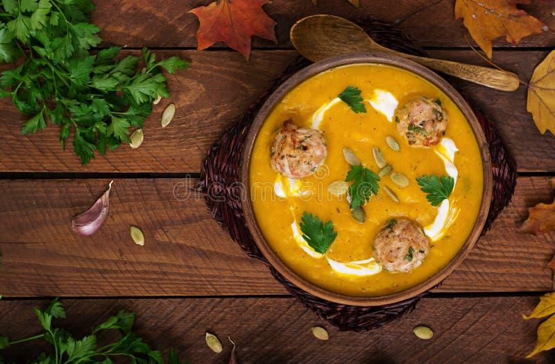 Crème délicieuse de soupe à potiron avec des boulettes de viande faites de viande hachée de dinde photos libres de droits