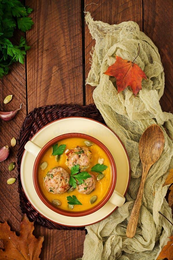 Crème délicieuse de soupe à potiron avec des boulettes de viande faites de viande hachée de dinde photographie stock libre de droits