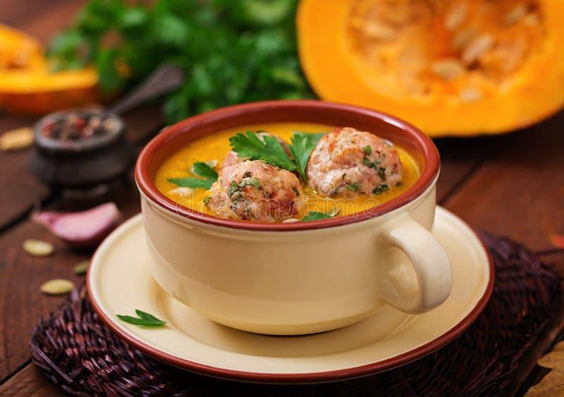 Crème délicieuse de soupe à potiron avec des boulettes de viande faites de viande hachée de dinde image stock