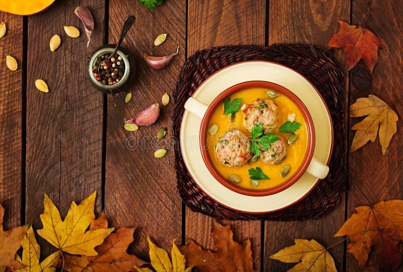Crème délicieuse de soupe à potiron avec des boulettes de viande faites de viande hachée de dinde image libre de droits