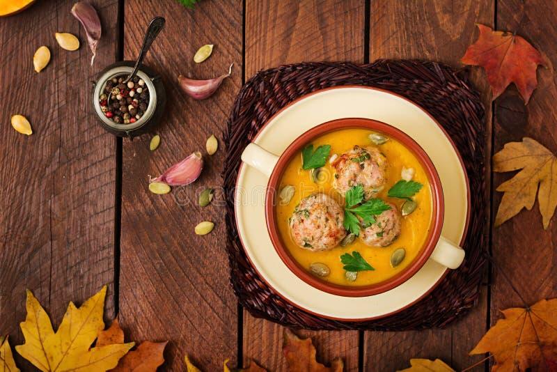 Crème délicieuse de soupe à potiron avec des boulettes de viande faites de viande hachée de dinde photos stock