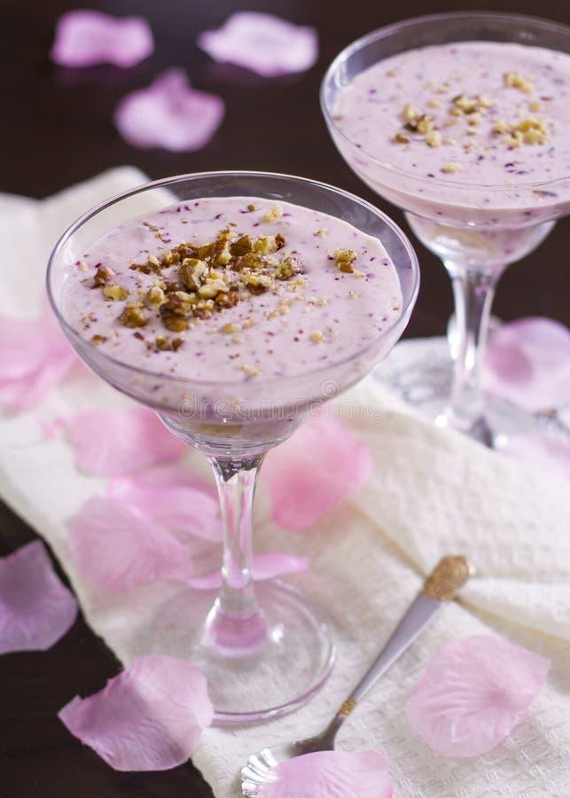 Crème de dessert avec la noix photographie stock libre de droits