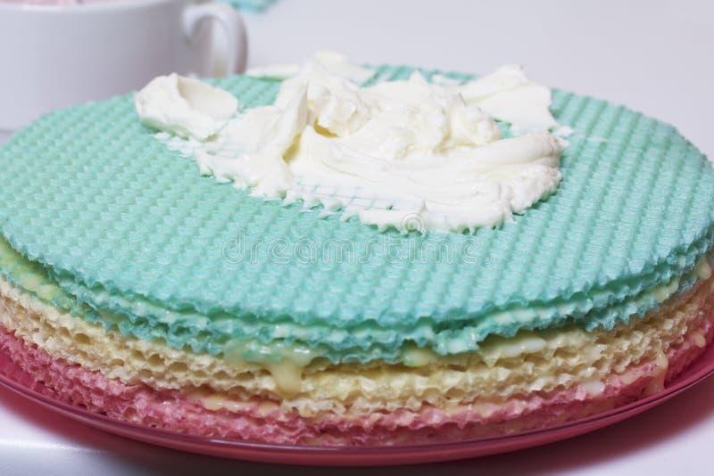 Crème de différentes couleurs pour décorer le gâteau de gaufre Gâteaux ronds de gaufrette de différentes couleurs Pour faire le g images libres de droits