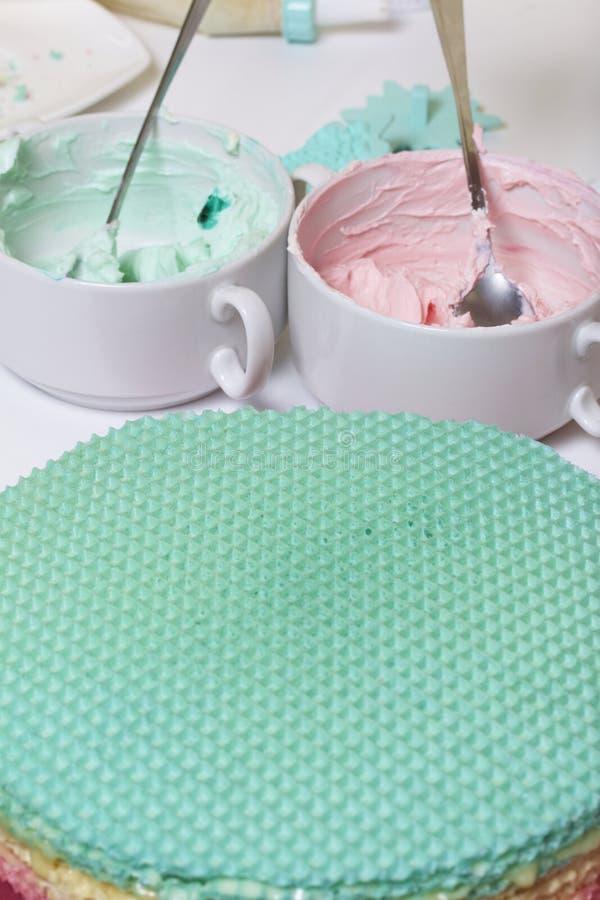 Crème de différentes couleurs pour décorer le gâteau de gaufre Gâteaux ronds de gaufrette de différentes couleurs Pour faire le g photos libres de droits