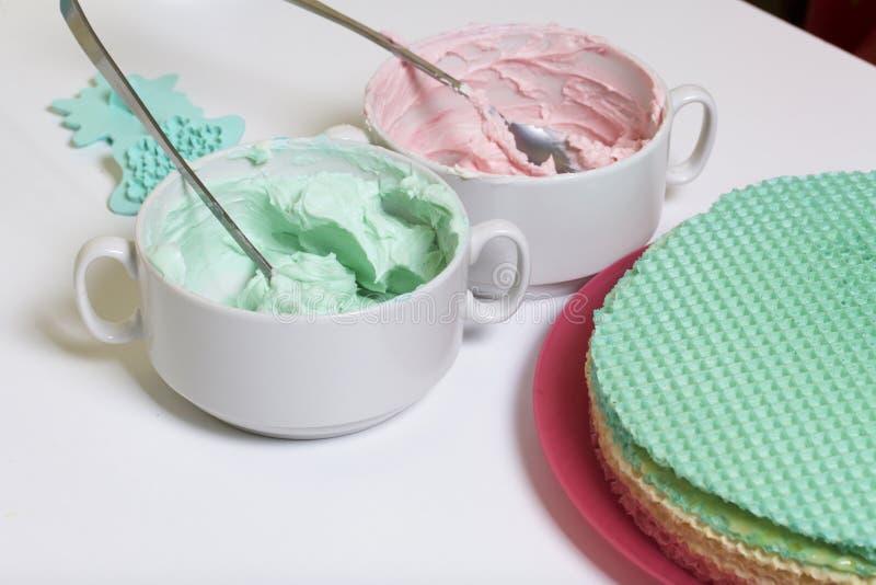 Crème de différentes couleurs pour décorer le gâteau de gaufre Gâteaux ronds de gaufrette de différentes couleurs Pour faire le g images stock