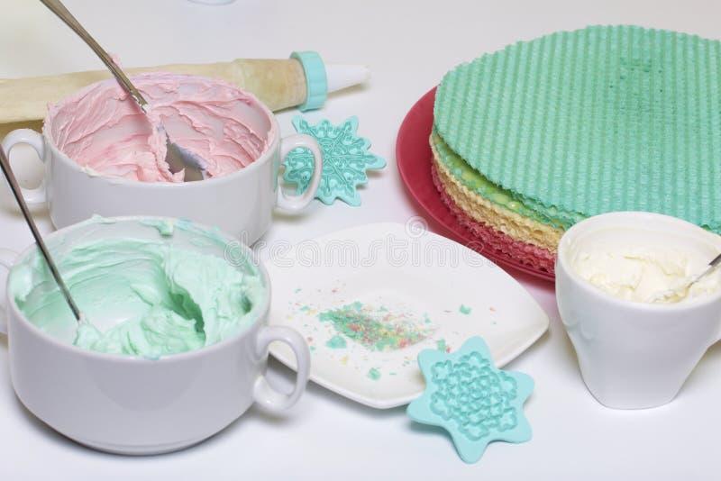 Crème de différentes couleurs pour décorer le gâteau de gaufre Gâteaux ronds de gaufrette de différentes couleurs Pour faire le g photos stock