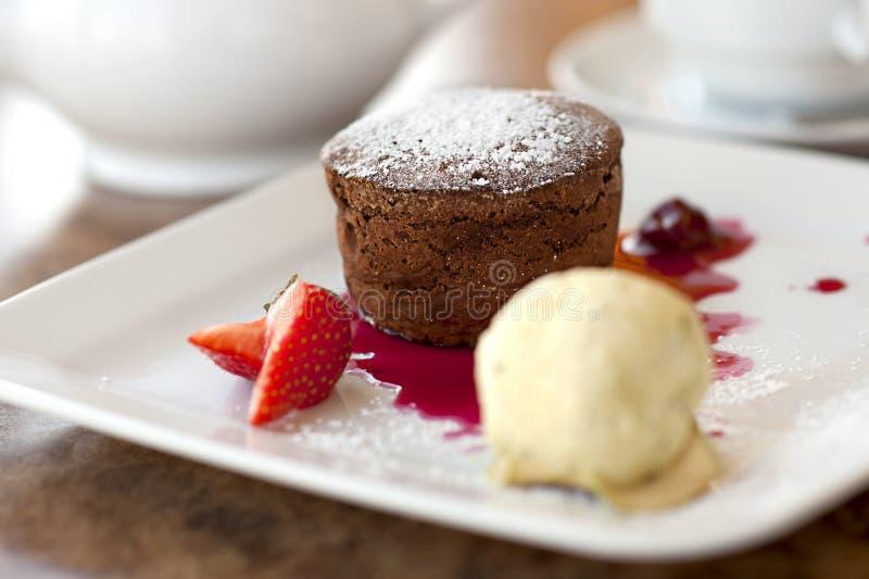Crème de gâteau de chocolat et de glace à la vanille photographie stock libre de droits
