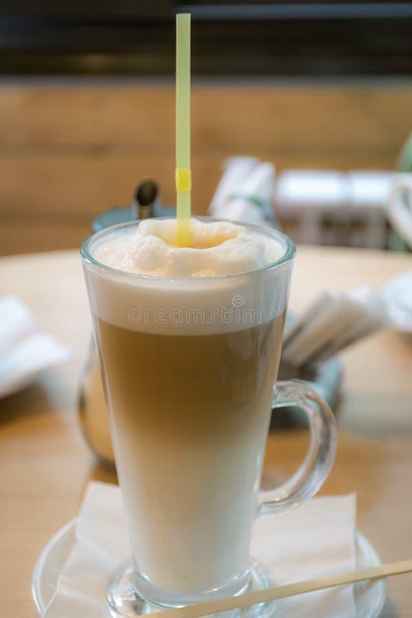 Crème de Latte en verre grand sur la table photographie stock