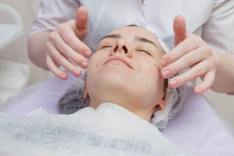 Crème de Nanost d'esthéticien après avoir hydraté le masque facial images stock