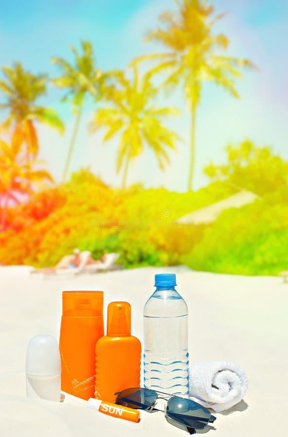 Crème de protection de Sun sur le fond de Palm Beach Lanscape tropical photographie stock libre de droits