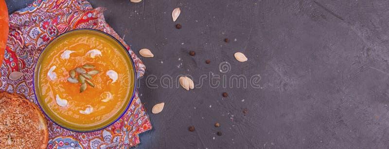 Crème de repas fait maison rôti de nourriture de soupe à potiron de régime organique sain végétal végétarien simple traditionnel  photos libres de droits