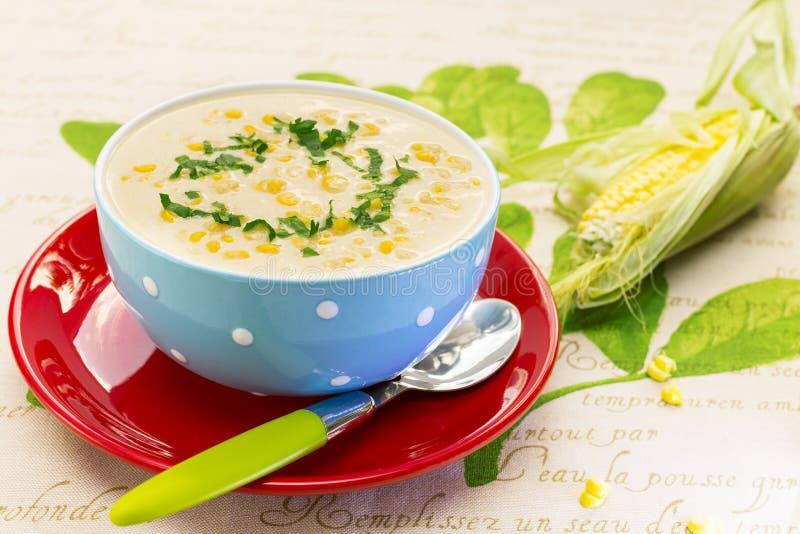 Crème de soupe à maïs dans la cuvette bleue images stock