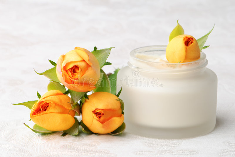Crème de visage avec des roses images stock