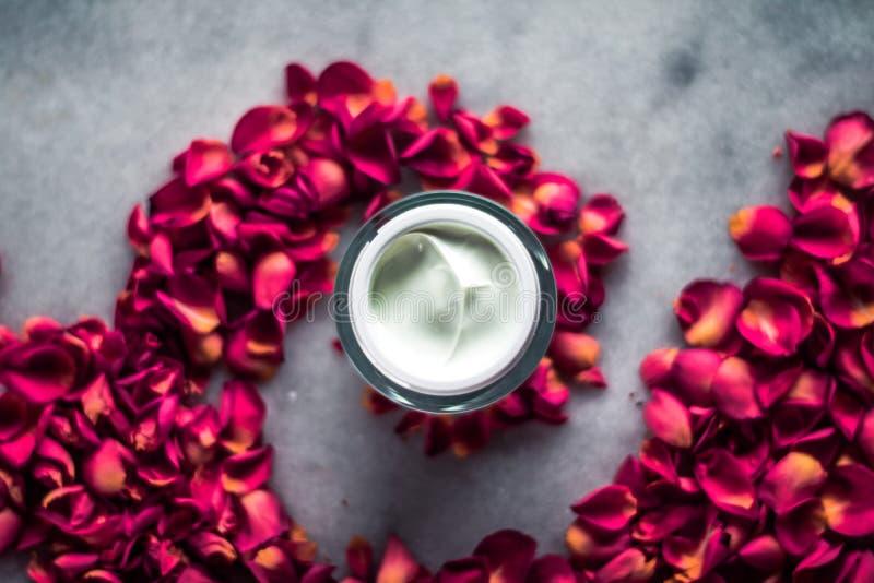 crème de visage et pétales de rose luxe - cosmétiques avec le concept de beauté dénommé par fleurs photo stock