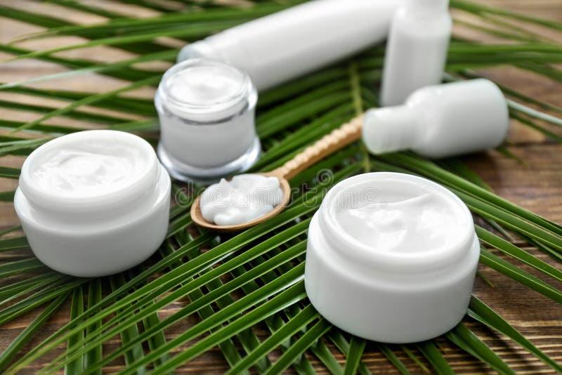 Crème et ensemble de cosmétiques naturels avec l'extrait de fines herbes sur le fond en bois photo libre de droits