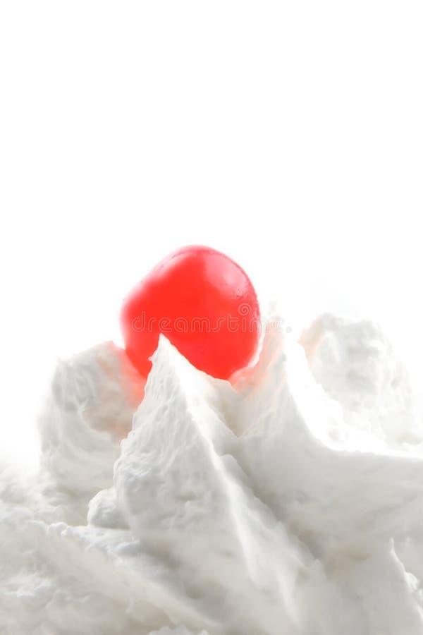Crème fouettée et cerise glace rouge photographie stock