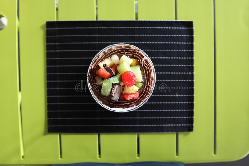 Crème glacée avec de la pulpe de fruit Arrangement de Tableau dans un restaurant photographie stock