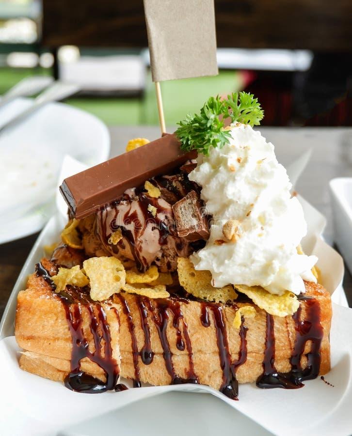 Crème glacée avec l'écrimage grillé et de chocolat photo stock