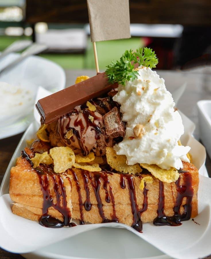 Crème glacée avec l'écrimage grillé et de chocolat image stock