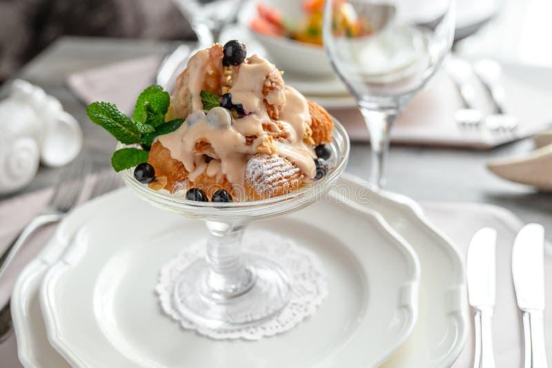 Crème glacée dans le plat photographie stock
