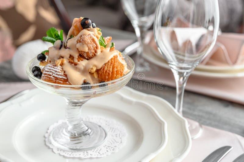 Crème glacée dans le plat photographie stock libre de droits