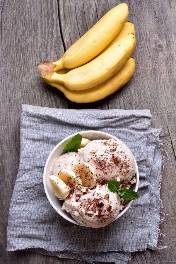 Crème glacée de banane et d'écrous photo stock