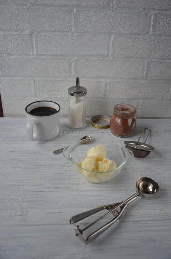 Crème glacée de chocolat avec le cacao dans le bol en verre et le cuo du produit biologique fait maison de café photo stock