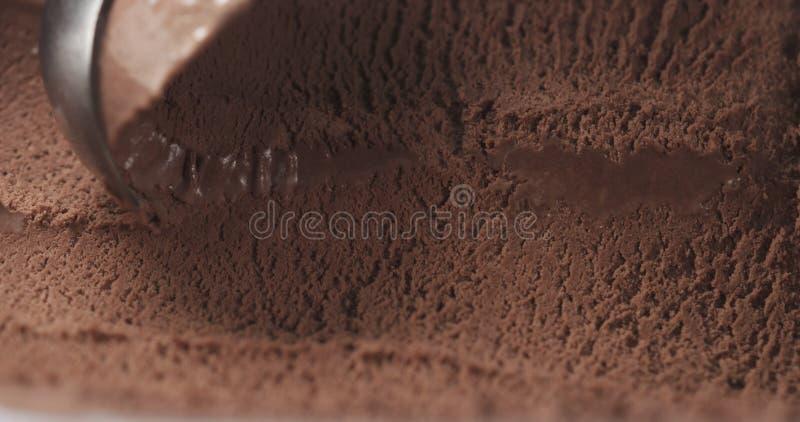 Crème glacée de excavation de chocolat de plan rapproché photographie stock libre de droits