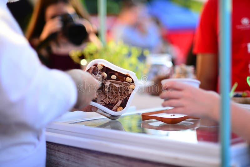 Crème glacée de excavation de main images stock