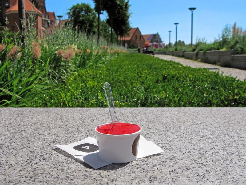 Crème glacée de fraise ou de pastèque dans une tasse image libre de droits