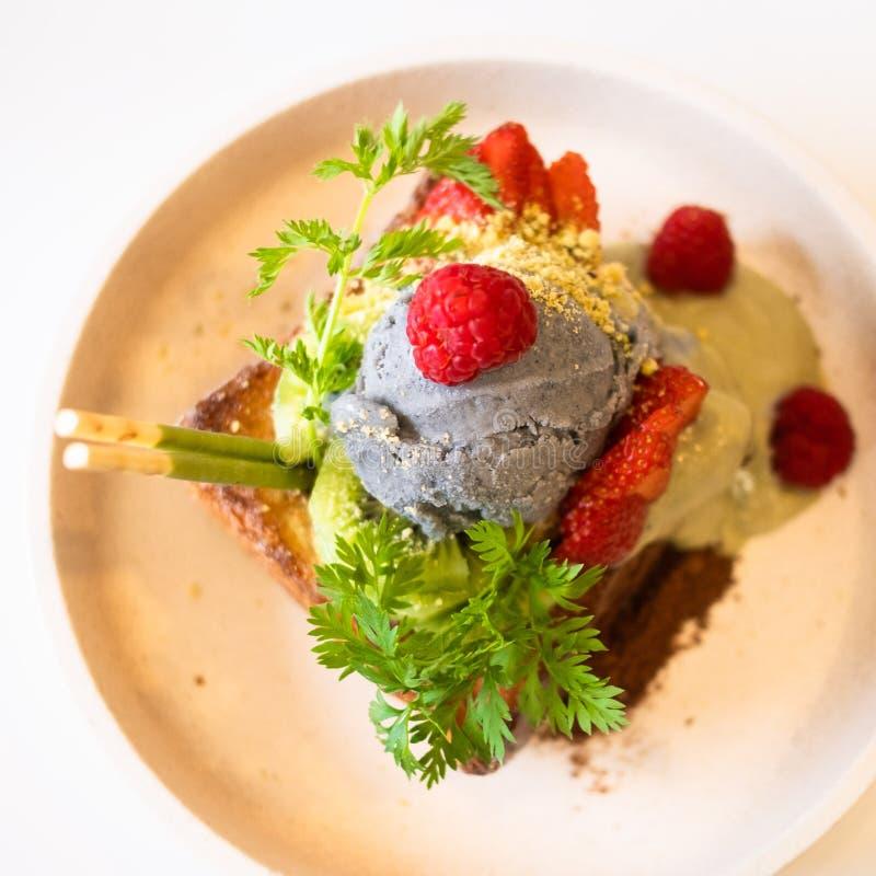 Crème glacée de graine de Matcha et de chia et cake à la banane frit avec des verts frais images libres de droits