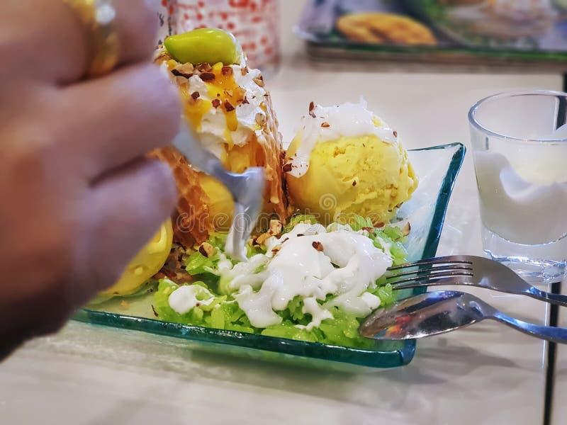 Crème glacée douce de mangue avec de la sauce verte à riz collant et à lait de noix de coco photos stock