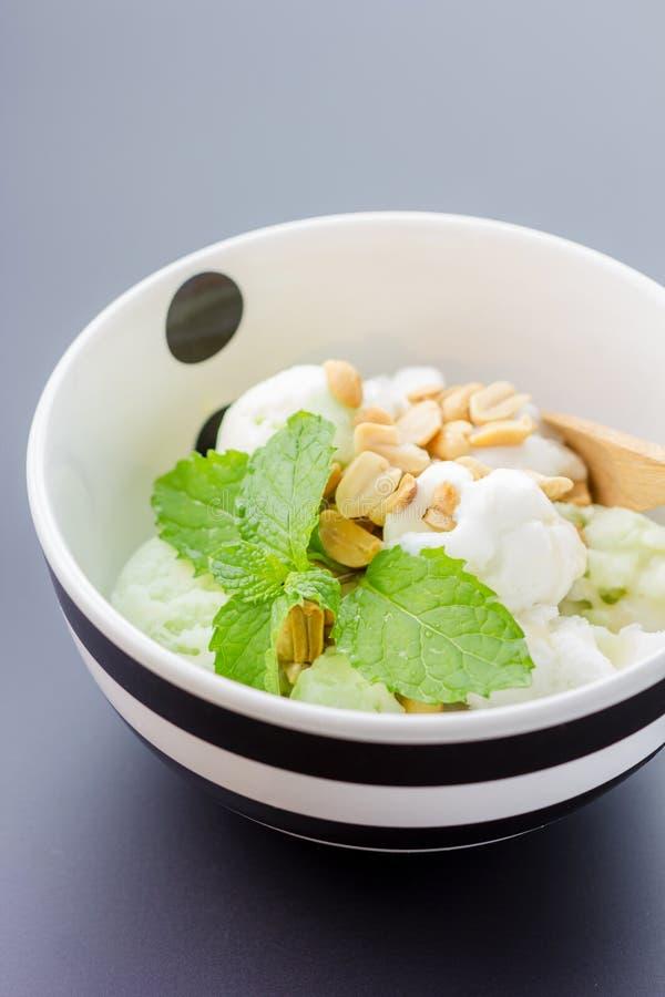 Crème glacée faite maison avec une tranche et une menthe de chaux photo libre de droits