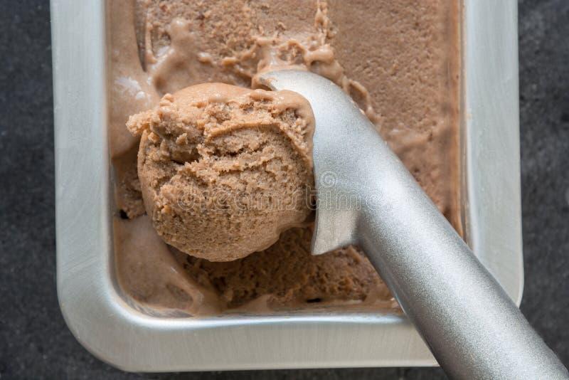 Crème glacée faite maison de banane et de chocolat dans le conteneur métallique Fin vers le haut Vue sup?rieure image libre de droits