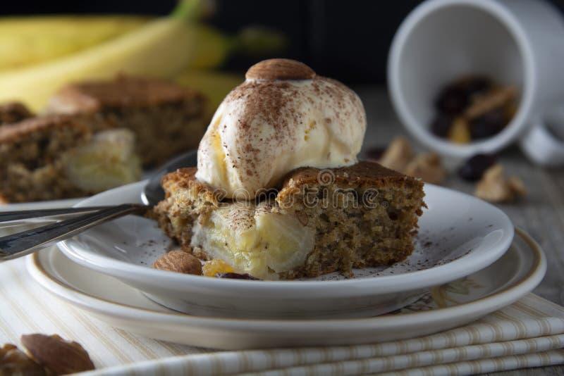 Crème glacée faite maison de tarte, de gâteau et  Gâteau ou tarte de banane Idées douces de nourriture de dessert ou de petit déj photographie stock