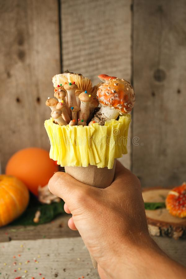 Crème glacée fantastique avec le mashroom de sucrerie à disposition sur le fond en bois, concept de poison, nourriture nagic, nou image stock