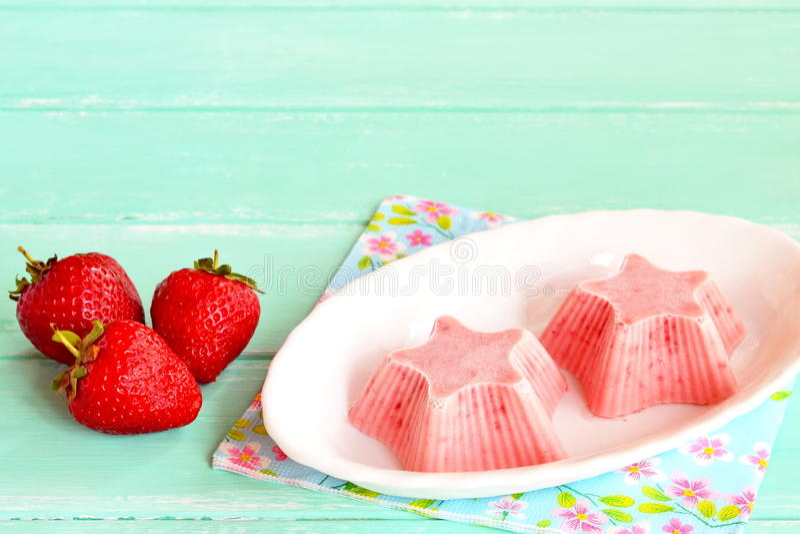 Crème glacée fraîche et savoureuse de fraise d'un plat Étoile formée par yaourt doux surgelé de fraise images libres de droits
