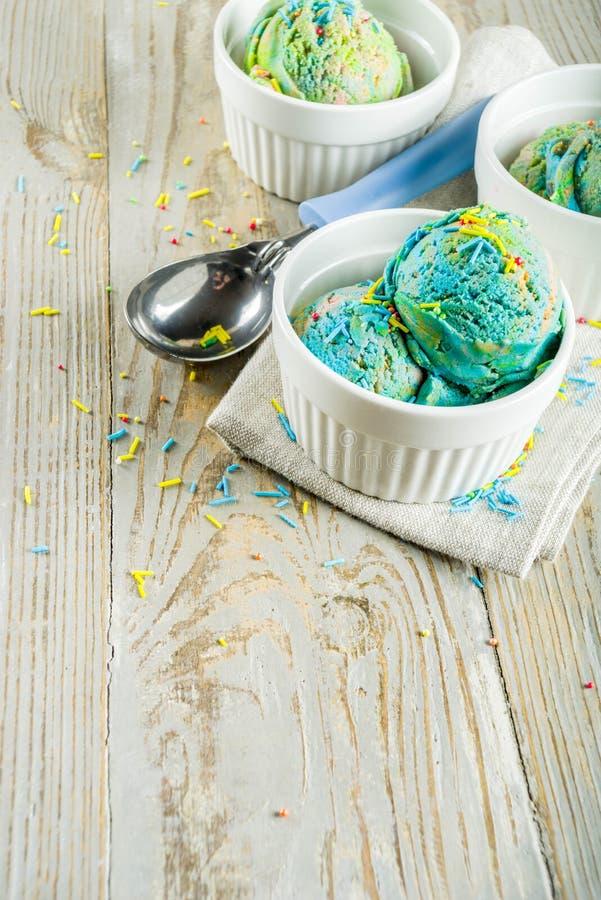Crème glacée multicolore d'arc-en-ciel photos stock