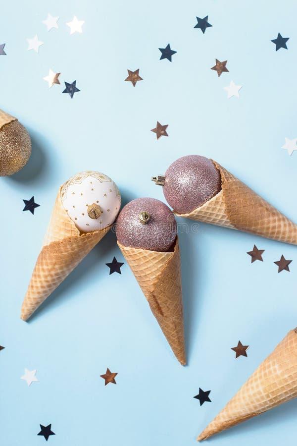 Crème glacée non comestible des boules de Noël dans des cônes de gaufre photo libre de droits
