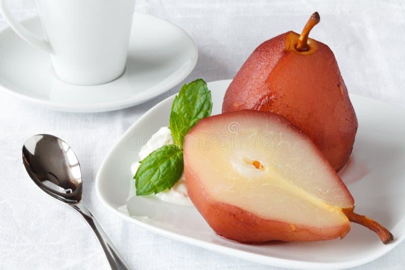 Crème glacée pochée de poire et avec de la sauce au vin rouge photos stock