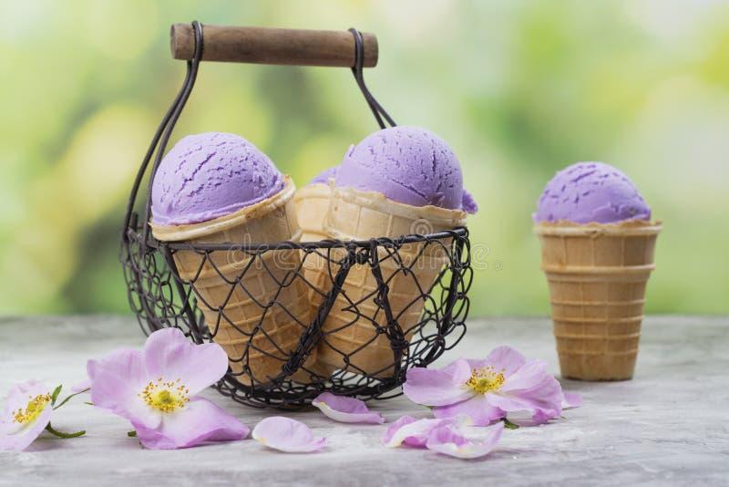 Crème glacée pourpre faite maison d'ube photo libre de droits