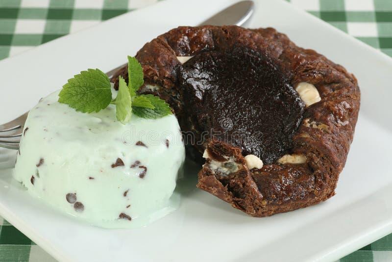 Crème glacée triple de menthe d'esprit de gâteau de chocolat photos stock