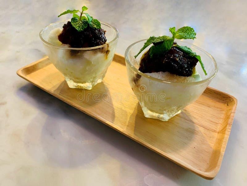 Crème glacée verte fraîche de mangue complétant avec de la sauce à poissons et la feuille douces de menthe poivrée à l'intérieur  photo stock