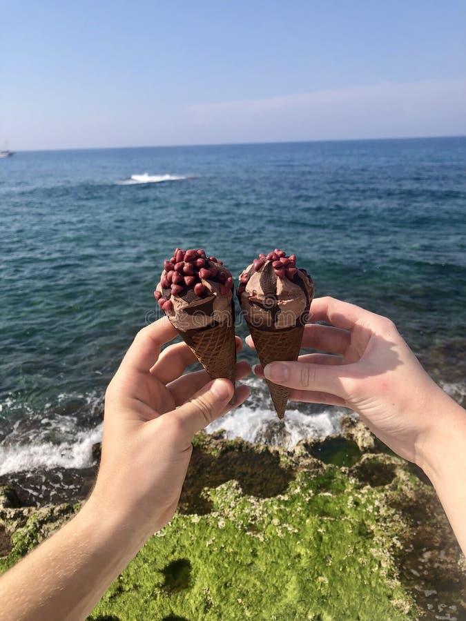 Crème glacée, vous et mer Méditerranée photographie stock