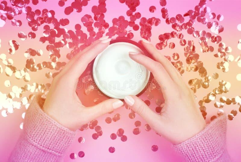 Crème hydratante sur un fond brillant Soin d'hiver images libres de droits