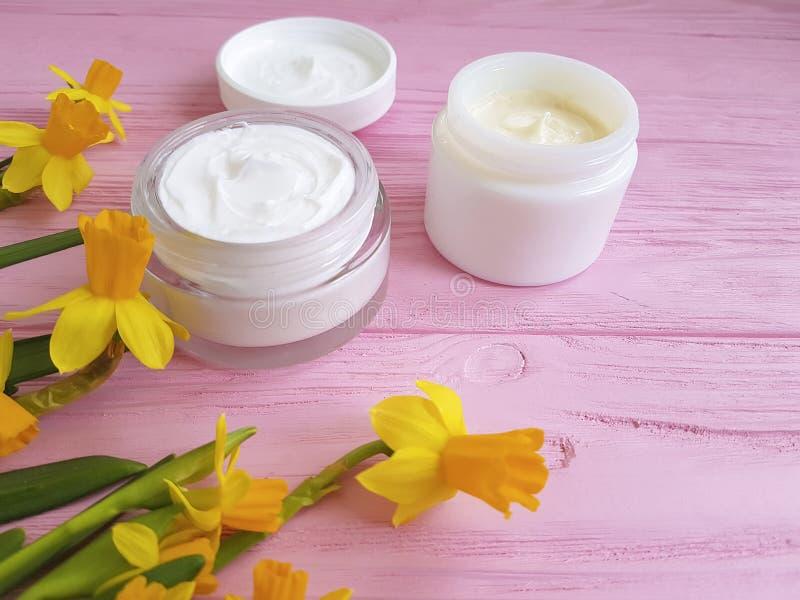 crème organique cosmétique de narcisse de jonquilles un extrait en bois rose image libre de droits