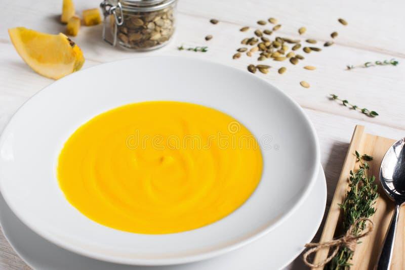 Crème-soupe à potiron en plan rapproché de plat photos libres de droits